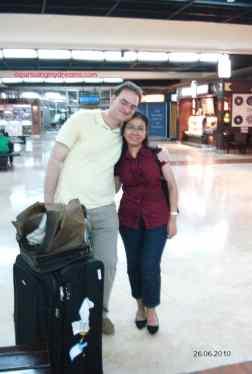Cinta via Biro Jodoh Online. Finally meet in person. Kopi Darat. Jemput doi di Bandara Soetta. Pertama kali Bertemu Secara Langsung pada 26 Juni 2010. Kami masih Langsing banget haha