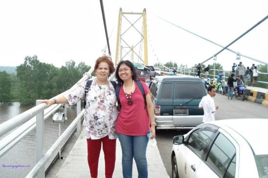 Mama tercinta dan saya diatas Jembatan Barito Jembatan Gantung Terpanjang di Indonesia
