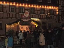 Yang kedinginan beli Glühwein dulu ya. Glühwein adalah minuman dibuat dengan anggur merah bersama dengan berbagai rempah-rempah dan kismis, disajikan panas atau hangat dan tanpa alkohol. Minuman tradisional selama musim dingin, terutama di sekitar Natal dan Halloween.