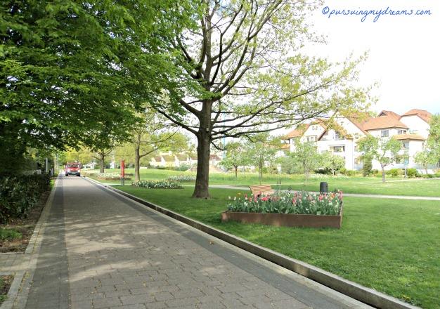 Taman Kota di Bad Rappenau, Jerman. Mobil yang didepan tersebut adalah Petugas Taman yang akan menyiram Tanaman. Selain Petugas tidak boleh mobil lewat sini. Suasana Musim Semi di Taman Bad Rappenau