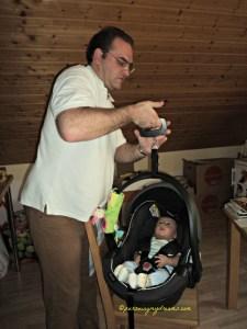Berat Benjamin 6,38 kg di usia 2 bulan 2 minggu. Ditimbang pakai timbangan koper hahaha
