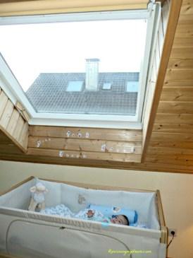 Benjamin senang di tempat tidur barunya, bisa mandang-mandang langit biru, kalau malam kadang ada bulan dan bintang-bintang
