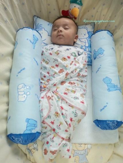 Saat bayi dibedong tidurnya jadi tenang, serasa spt dalam perut mamaknya sempit dan hangat. Benjamin hampir 2 bulan. 10.09.2014