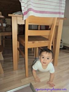 Ben suka banget lewat tempat sempit. Kolong meja, kolong bangku. Mungkin punya rasa petualangan sejati nih bocah