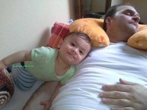 Benjamin manis sekali, dia tidak ganggu bapaknya yang beneran lagi tidur pulas, cape pulang kerja. 27 april 2015. Benjamin
