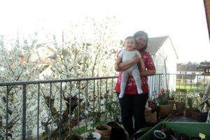 Tidak perlu pergi  jauh untuk me lihat bunga sakura, cukup ke balkon bisa lihat sakuranya tetanga