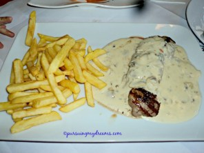 Kalbsschnitzel mit Gorgonzolasauce und Pommes Frites. Menu pilihan emaknya Benjamin