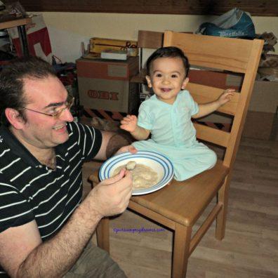 Gaya kasih makan begini hanya bertahan 3 menit, karena Ben tidak bisa diam, jadi taruh dikursi makannya lagi