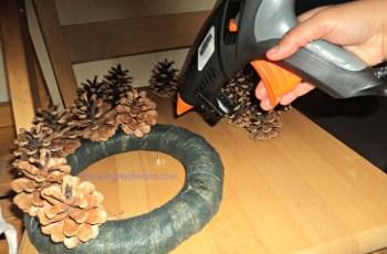 Senapan ditekan akan keluar lem cair yang panas, buah pinus langsung ditempelkan
