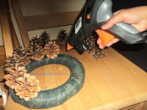 membuat pine cone wreath hiasan natal