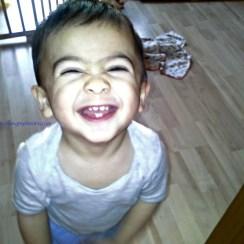 Senyum pamer gigi ya sayang
