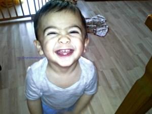 Senyum pamer gigi ya sayang. Gigi yang baru numbuh 2 dibawah belum terlihat. Benjamin 16 bulan.