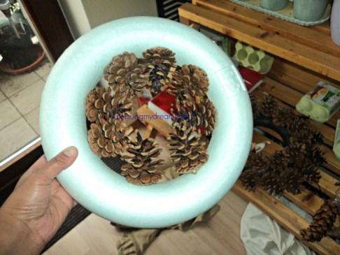 Pine Cone Wreath kedua saya tempel buahnya mulai dari bagian dalam Wreath