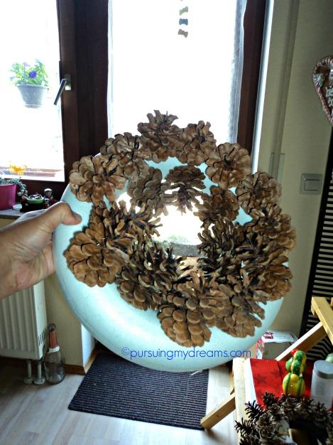 Pine Cone Wreath kedua tempel rapat semua buah pinus nya