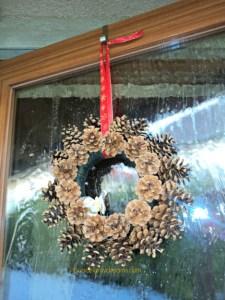 Pine Cone Wreath digantung di pintu luar rumah