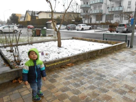Anak Kecil yang Jijik Lihat Salju