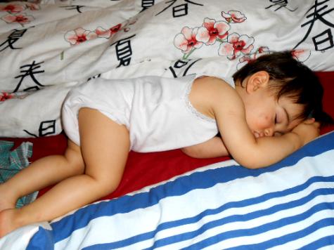 Putri cantikku mogok makan, naik sendiri ke tempat tidur