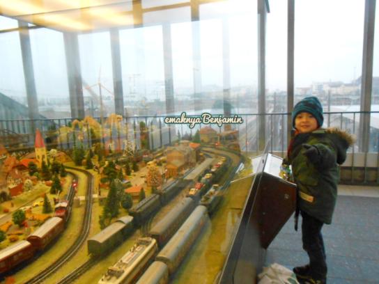 Lihat miniatur kereta api di Stasiun Heidelberg Jerman
