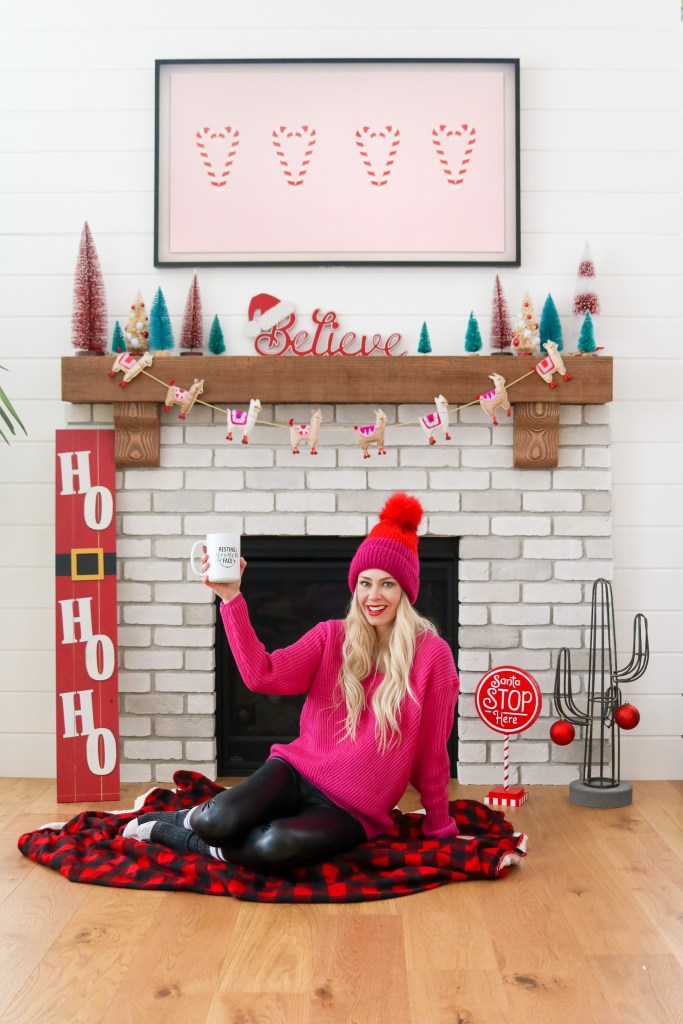 Red and pink and teal holiday mantle decoration inspiration! Colourful Christmas decor!