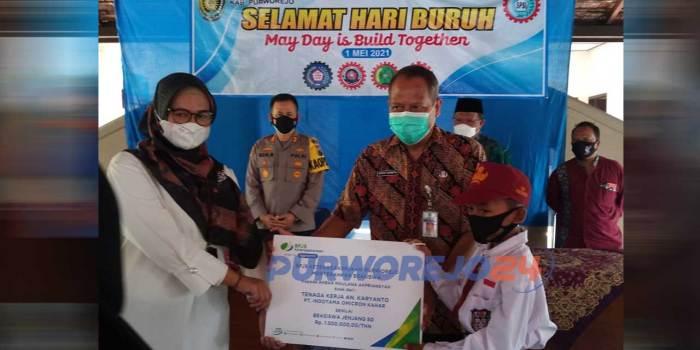 Penyerahan bantuan secara simbolis pada peringatan Maya Day 2021 di Purworejo Jawa Tengah