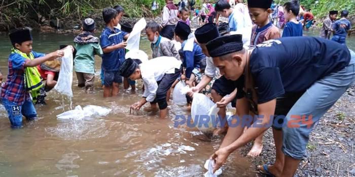 Masyarakat dan santri Desa Seren tebar ribuan benih ikan
