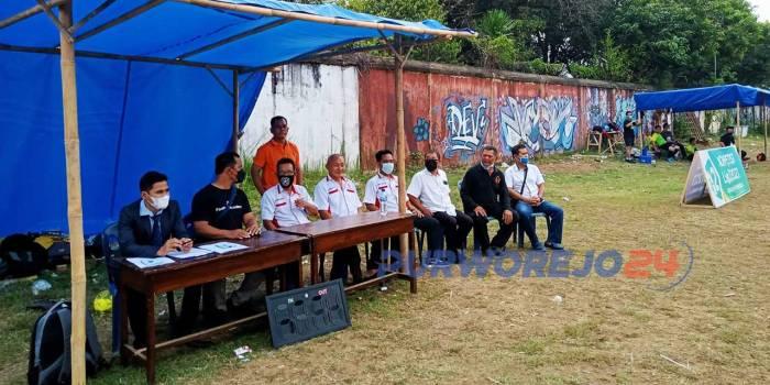 Sejumlah pengurus KONI Purworejo memonitor Cabor Sepakbola dan meninjau langsung pelaksanaan Kompetisi Liga 2 Tahun 2021 yang digelar Askab PSSI di Lapangan Garnizun Purworejo
