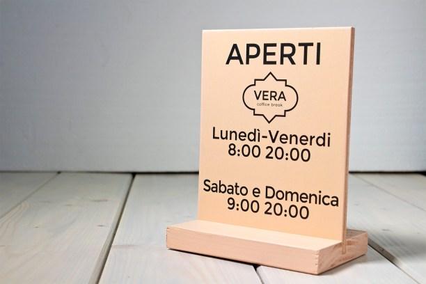 segnaletica per locali di legno