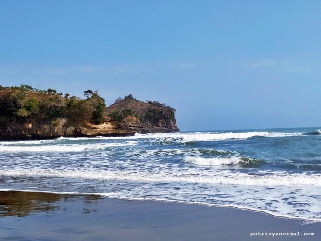 Karna kategori pantai selatan, jadi ombak Pantai Serang Blitar lumayan besar