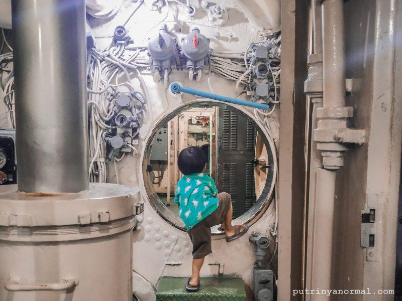 Pintu di dalam armada kapal selam