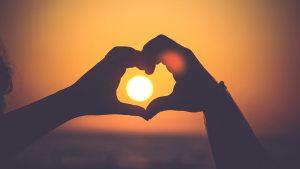 Handen-zon-liefde-hart