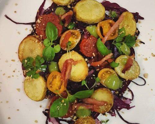 Rode koolsalade met frambozenazijn, Ratte aardappel, spekjes en chorizo