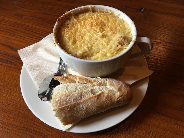 Franse uiensoep met stokbrood