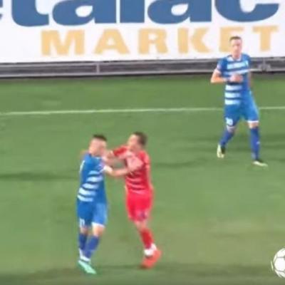 Prva liga Srbije: Igrač postigao gol, protivnici ga jurili po terenu i tukli (VIDEO)