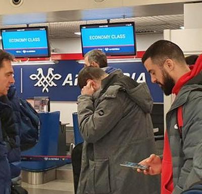 Košarkaši Zvezde napustili avion pred put u Podgoricu