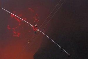 Hodao po žici iznad aktivnog vulkana