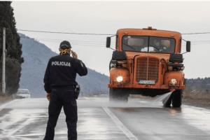 (FOTO) Zabranjen ulaz i izlaz iz Tuzi, prolaze samo kamioni za transport robe
