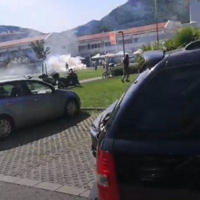 Haos u Budvi: Bačen suzavac, Bulatović pogođen kamenom u glavu, uhapšeni Carević, Radović…