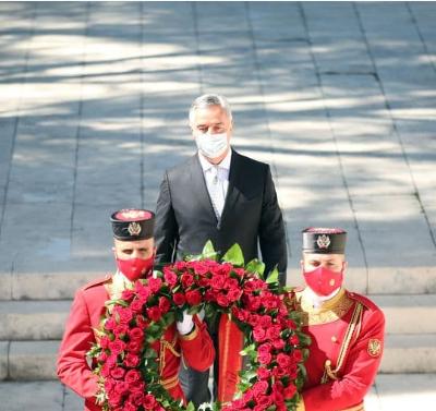 Povodom Dana državnosti – FOTO: Đukanović položio vijenac na spomenik Partizanu borcu