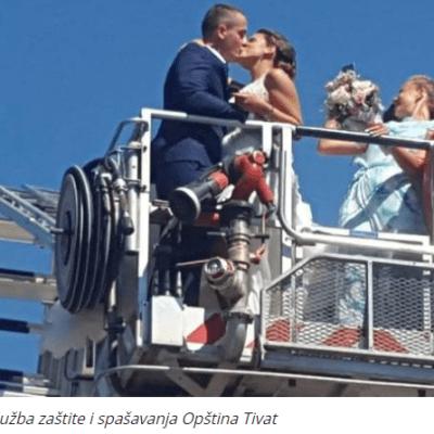 Neobično VJENČANJE u Tivtu: Mladoženja i mlada na VATROGASNOM vozilu