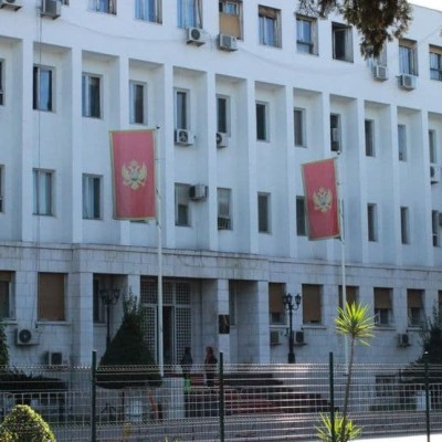 Ministarstvo finansija: Zbog krize ograničiti plate direktorima