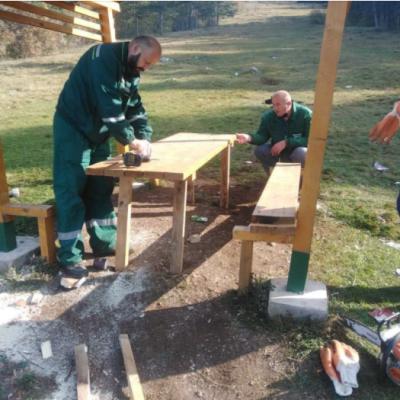 """Radnici """"Zelenila"""" postavili klupe i stolove na vidikovcu """"Golubinja""""koji su bili uklonjeni zbog NKT mjera"""