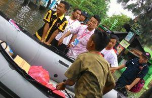 Aksi penanggulangan bencana banjir oleh MDMC di Babat, Lamongan (foto: rofi'i)