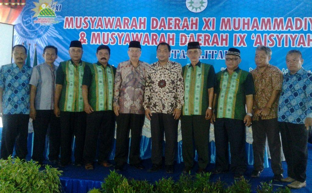 Sesi foto Ketua PDM (4 dari kanan) bersama anggota PDM Kota Blitar 2015-2020 dan Wakil Ketua PWM Achmad Jainuri (6 dari kanan) dan Sekretaris Tamhid Masyhudi (5) (foto: chusnul choliq)
