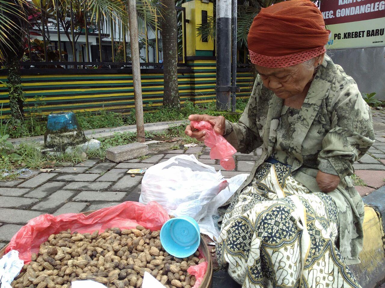 Mbah Saturi saat berjualan kacang di depan Kantor Kecamatan, Gondanglegi, Kabupaten Malang (foto Lazismu)