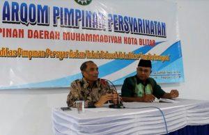 Prof Thohir Luth menyampaikan materi di Baitul Arqom PDM Blitar. (Foto: Nur Rozik)