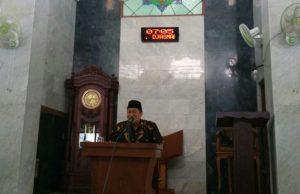 Muhammad Sholihin memberikan tausiyah pengajian Ahad Pagi PDM Kota Blitar.