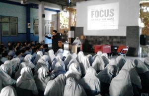 Suasana penguatan mental siswa-siswi kelas IX SMPM 12 GKB. (Foto: Ichwan Arif)