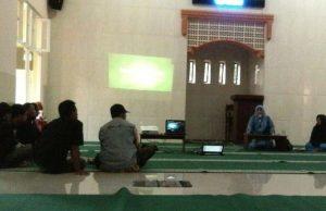 dr Mimin memberikan materi dalam Seminar Parenting di PAM Al Amin Kepanjen. (Foto: Izzudin)