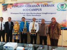 Mahsun Jayadi (tengah baju biru) menerima penghargaan Eco Campus Dinas Lingkungan Kota Surabaya