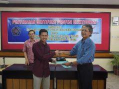 Salah seorang mahasiswa UMm terima sertifikat profesi